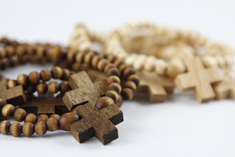 Drewniany różaniec na rękę - kolor brązowy (1)